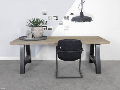 Tisch im industriellen design