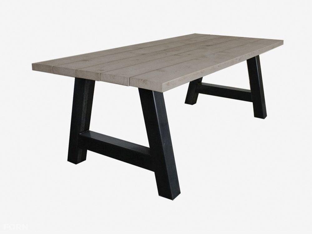 Tisch im industriellen design mit a fuß