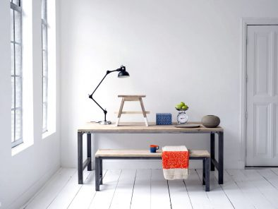 Tisch mit Stahlrahmen