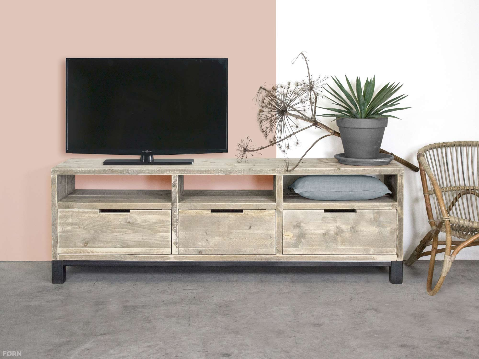 Bauholz TV-Schrank im industriellen Design mit Stahl
