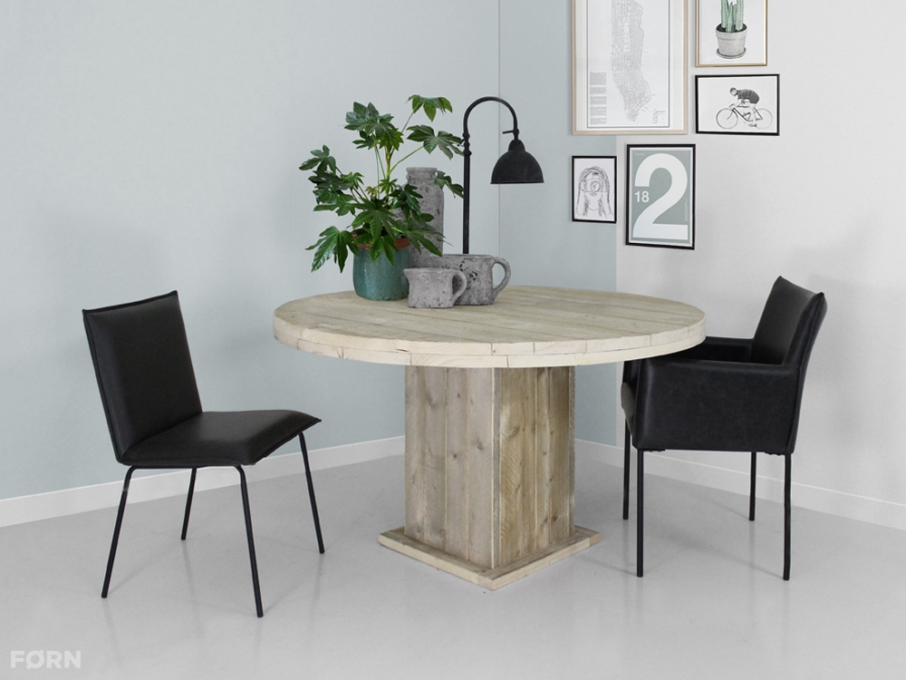 Runder Bauholz Tisch mit viereckigem Standfuß - Bauholz Möbel