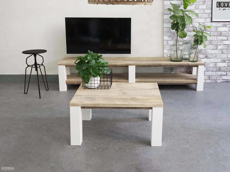 Bauholz Wohnzimmertisch mit weißen Tischbeinen