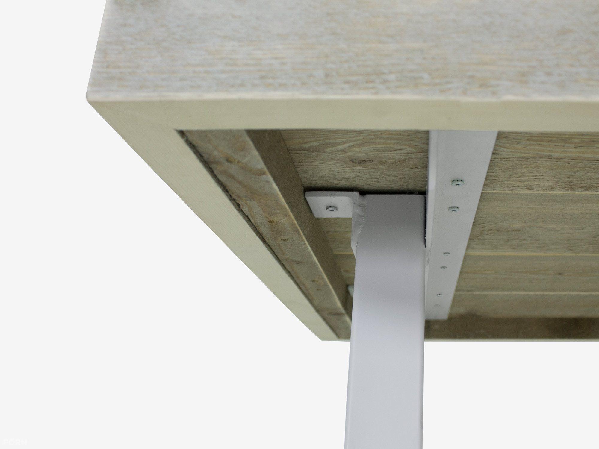 Tisch industriedesign mit wei en tischbeinen aus stahl for Tisch industriedesign
