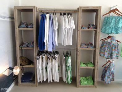Bauholz Kleiderschrank mit Stangen