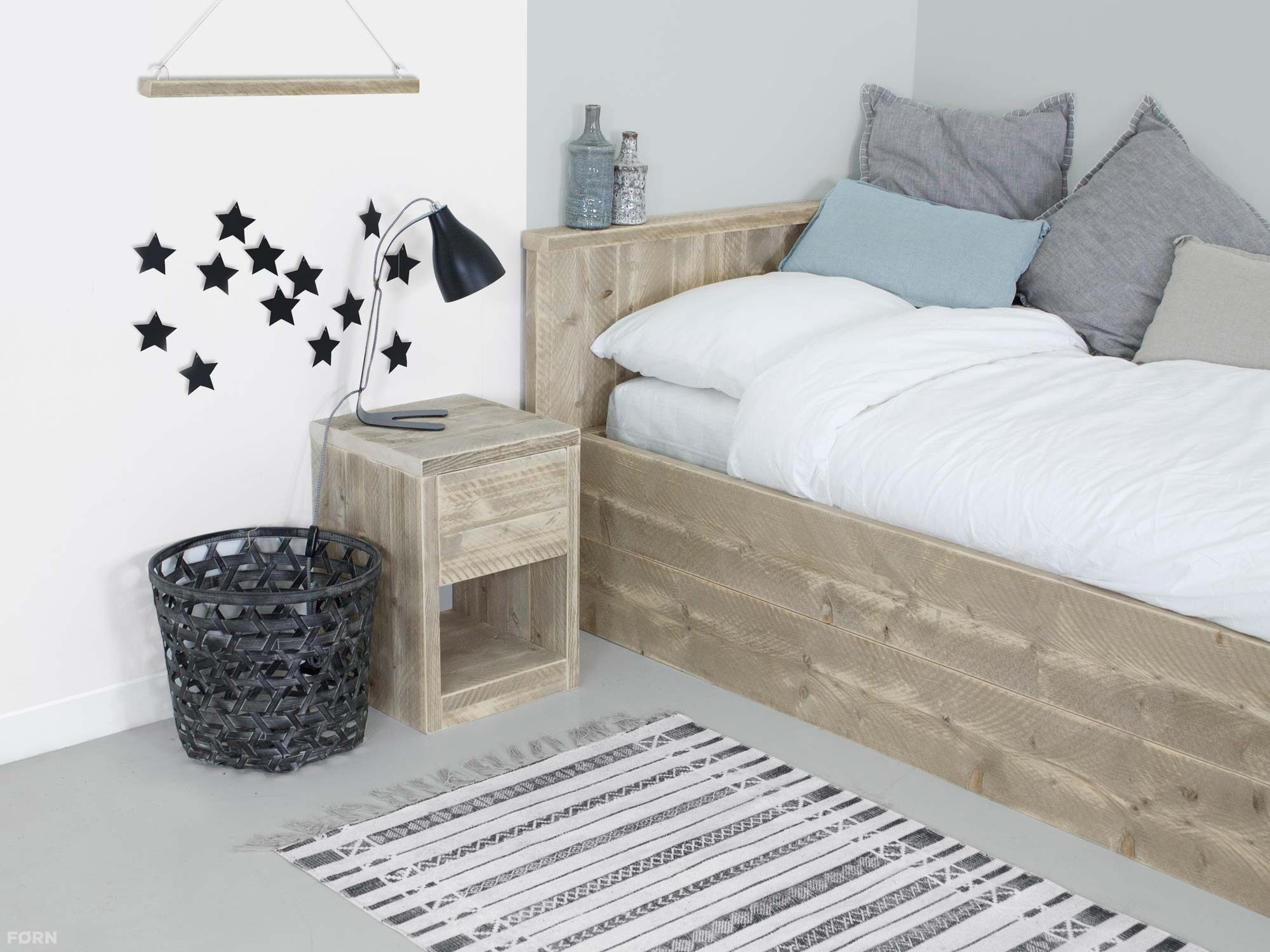 bauholz nachtschrank mit schublade bauholz nachttische bauholz betten. Black Bedroom Furniture Sets. Home Design Ideas