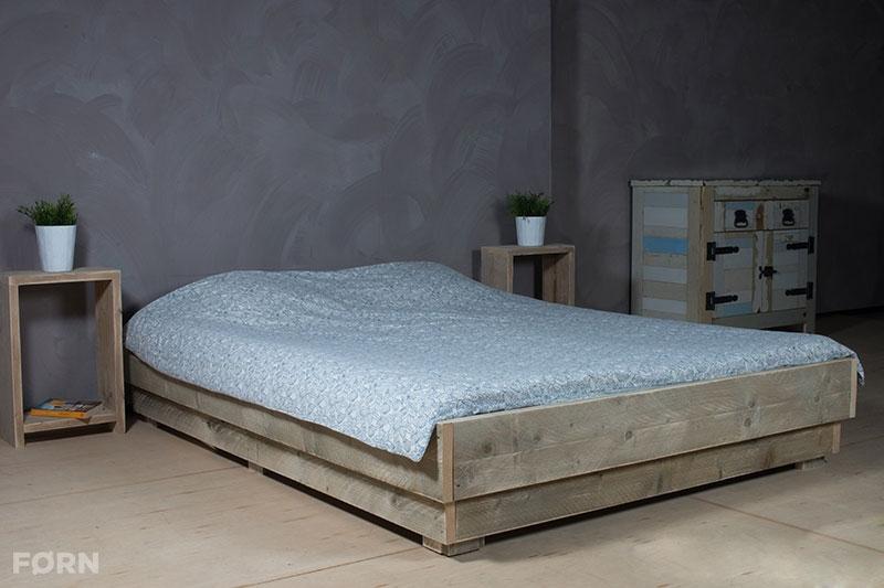 Bauholz bett i einzel und doppelbetten aus bauholz for Bett industriedesign