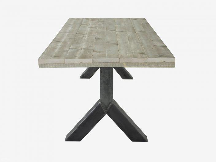 Industriedesign Tisch mit Stahlgestell weisser hintergrung