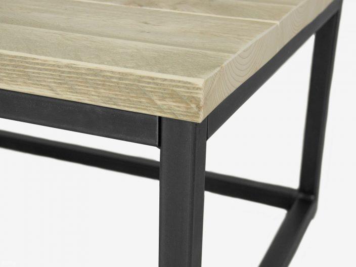 Industriedesign Couchtisch Levi aus Stahl und Bauholz detail